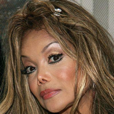 Michael Jackson'un kızkardeşi La Toya Jackson da giderek ağabeyine benziyor.